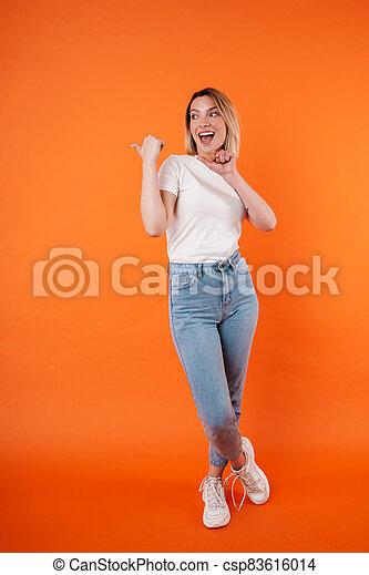aantrekkelijk, verheugd, wijzende, vrouw, terzijde, het glimlachen, duimen, beeld - csp83616014