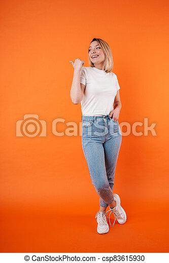 aantrekkelijk, verheugd, wijzende, vrouw, terzijde, het glimlachen, beeld, duim - csp83615930