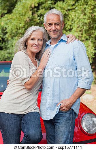 het poseren, het glimlachen, volwassen paar - csp15771111