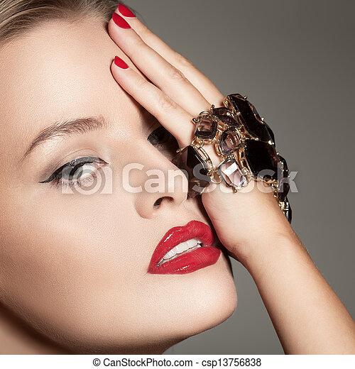 mooie vrouw, juwelen, mode, luxe, verticaal - csp13756838