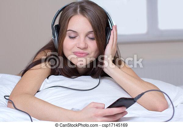 muziek, luisteren - csp17145169