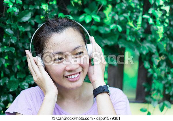muziek, publiek, workout, vrouwen, terwijl, exercising., vrolijke , luisteren, concept, park - csp61579381