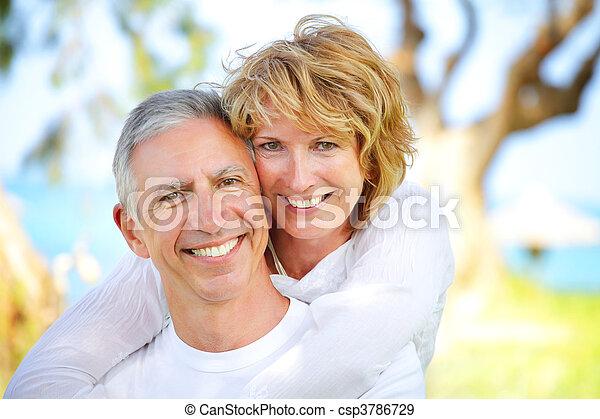 paar, het glimlachen, middelbare leeftijd  - csp3786729