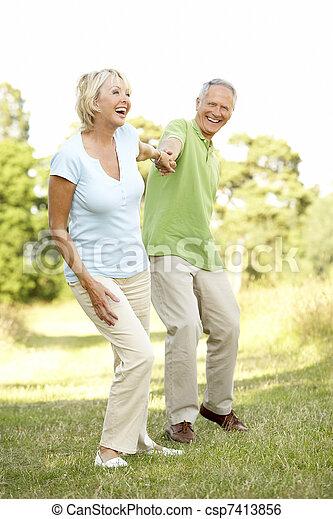 platteland, paar te lopen, middelbare leeftijd  - csp7413856