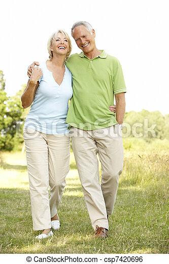 platteland, paar te lopen, middelbare leeftijd  - csp7420696
