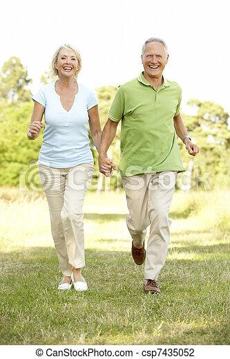 platteland, paar te lopen, middelbare leeftijd  - csp7435052