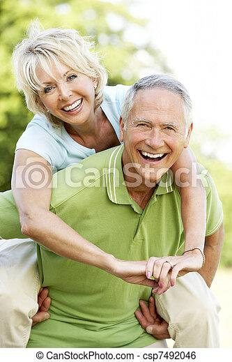 platteland, plezier, paar, hebben, middelbare leeftijd  - csp7492046