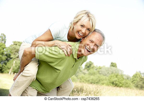 platteland, plezier, paar, hebben, middelbare leeftijd  - csp7436265