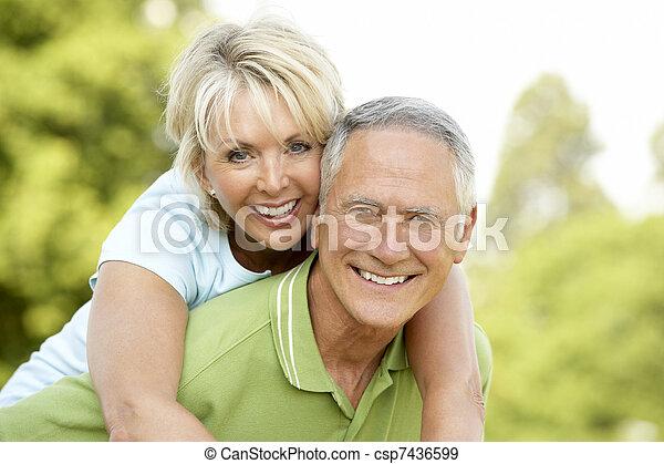 platteland, plezier, paar, hebben, middelbare leeftijd  - csp7436599