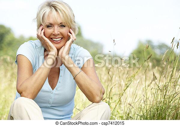 platteland, verticaal, vrouw, middelbare leeftijd , zittende  - csp7412015