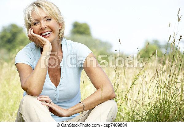 platteland, verticaal, vrouw, middelbare leeftijd , zittende  - csp7409834