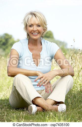 platteland, verticaal, vrouw, middelbare leeftijd , zittende  - csp7435100