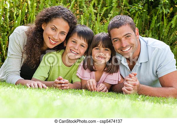 tuin, dons, het liggen, gezin, vrolijke  - csp5474137