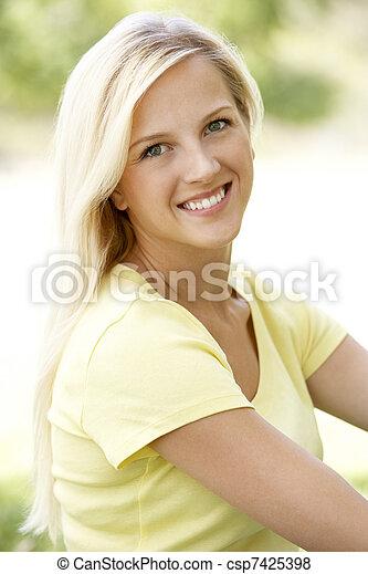 verticaal, vrouw, park, jonge, zittende  - csp7425398