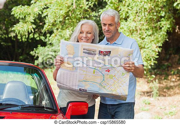 volwassen paar, lezende , het glimlachen, kaart - csp15865580
