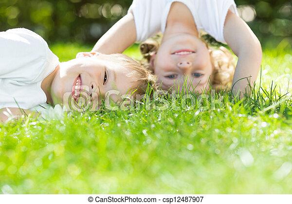 vrolijke , spelende kinderen - csp12487907