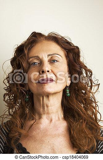 vrouw, achtergrond, tegen, aantrekkelijk, middelbare leeftijd , verticaal, witte  - csp18404069