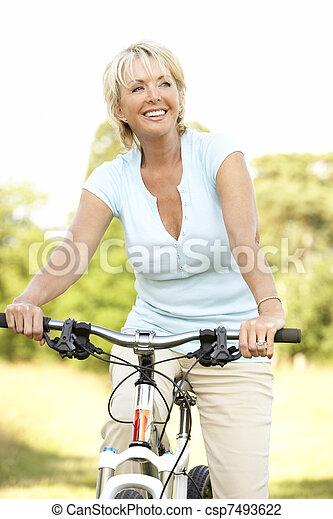 vrouw, platteland, middelbare leeftijd , verticaal, paardrijden, cyclus - csp7493622