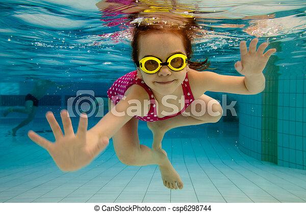 water, pool, onder, meisje, glimlachen, zwemmen - csp6298744